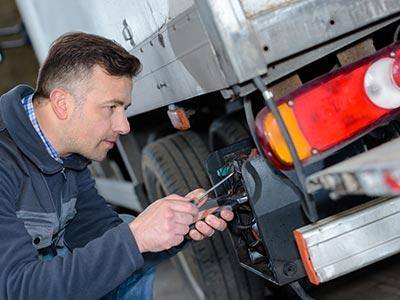 Automechanik pro opravu nákladních vozidel