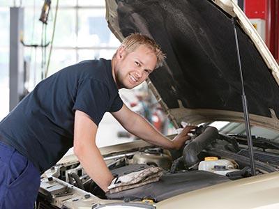 Automechanik pro opravu osobních vozidel